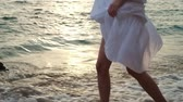 das marés : Young woman in white dress Stock Footage