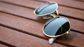 lente : Closeup sunglasses on wooden table