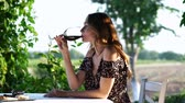 wijnranken : Young beautiful woman sitting in cafe outdoors in the vineyard field