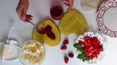 вкусный : The process of making a biscuit with cream and strawberries. Стоковые видеозаписи