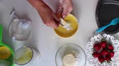 торт : The process of making a biscuit with cream and strawberries. Стоковые видеозаписи