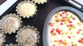 assar : Baking dishes are filled with dough. Stand on the baking sheet. Cooking cupcakes.