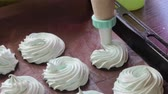 A woman forms a marshmallow using a pastry bag. For making marshmallow. Vidéos Libres De Droits