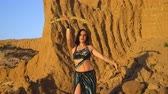 bem aventurança : Oriental beauty dancing belly dance with a sword. Delightful and alluring grace of movements. Girl dancing in the desert. Vídeos