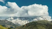 típico : Timelapse of intense clouds roiling and flowing over peaks of the Mountain in Alaska