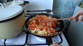 ervilha : mixing the cabbage in a pan