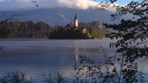 slowenien : Lake Bled, Slovenia with St. Marys Church of the Assumption on the small island in the water and beautiful sunset
