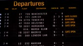 retraso : Display board in an airport with departure and arrival times, flight information for the passengers. Archivo de Video