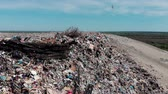 оставаться : Mountain large garbage pile and pollution,Pile of stink and toxic residue,These garbage come from urban and industrial areas can not get rid of, Consumer society Cause massive waste