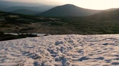 pootafdrukken : Mountain top covered with snowy drifts in the Carpathians in autumn in slo-mo