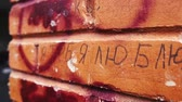 "seni seviyorum : Fence brick column with inscription, ""I love you"" in Ukrainian in summer Stok Video"