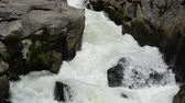 폭이 좁은 : Rapids white river flowing between narrow rocks