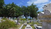 temető : Walking Though The Old Cemetery On La Digue Island, Seychelles 2 Stock mozgókép