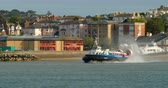 hovercraft : Hovercraft boat depart from the beach in Ryde, Isle fo Wight Stock Footage