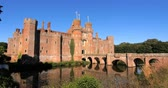 šlechta : View of a moated brick castle in Southern England