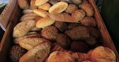 farinha integral : Tilt up view of different varieties of bread on display at a food market