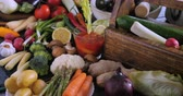 chřest : Dolly push in view of an assortment of fresh, healthy, organic vegetables