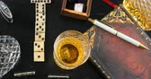 domínio : Dolly top down view: Playing a game of domino with a glass of whiskey and a cigar