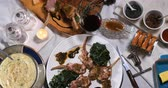 purê : Dolly top down view of a rack of lamb with crusted mint sauce, with spinach and mashed potatoes Vídeos