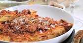 noz moscada : Dolly push out view of delicious steamy lasagne in bolognese sauce Vídeos