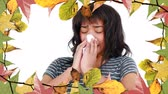 tosse : Frame of autumn leaves and woman suffering from allergy sneezing 4k