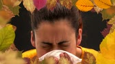 guardanapo : Frame of autumn leaves and woman suffering from allergy sneezing 4k