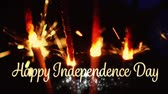 crachá : Digital animation of gold Happy Independence Day text with bokeh lights while a lighted sparkles flicker in the dark background for fourth of July.