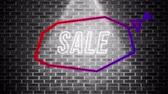concêntrico : Animation of the word Sale appearing in an angular red and purple thought bubble in a shaft of light on a black and white brick wall background Stock Footage