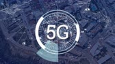 tarama : Animation of 5g displayed in a rotating circle with numbers appearing and cityscape in the background Stok Video