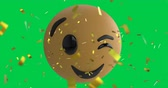 comique : Animation of a winking emoji icon on a green screen background with falling gold confetti 4k Vidéos Libres De Droits