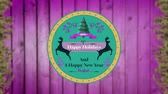 etiqueta : Animation of the words Happy Holidays and A Happy New Year written on a round green label decorated with reindeer, a Christmas tree and purple leaves, on a pink panelled background