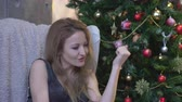здесь : Attractive woman come with me gesture over christmas tree background.