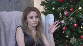 rejeitar : Young woman shaking head to reject, no, on christmas tree background
