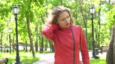 görme : Caucasian young woman standing outdoors has neck pain