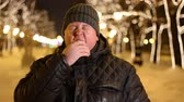 roupa de dormir : Portrait of bored fat man yawning outdoors during cold winter evening Vídeos