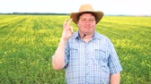 oke : Farmer standing in field and showing sign of okay, wear cowboy hat on a sunny day Stockvideo