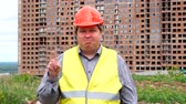 yasak : Male builder foreman, worker or architect on construction building site does not agree waving his finger. Stok Video