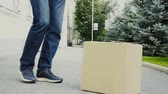 karton : Man kicking cardboard box outdoor