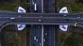 Сингапур : Aerial view of a motorway. Camera move back with a view on car interchange. A lot of cars ride on the 10 lanes motorway.