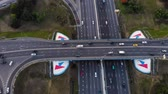 Сингапур : Aerial view of a motorway. Camera move backwards with rolling up with a view on car interchange. A lot of cars ride on the 10 lanes motorway. Стоковые видеозаписи
