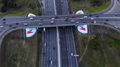 Сингапур : Aerial view of a motorway. Camera move forward with rolling down with a view on car interchange. A lot of cars ride on the 10 lanes motorway.