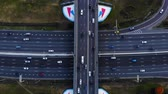 Сингапур : Aerial view of a motorway. Camera move right. A lot of cars ride on the 10 lanes motorway.