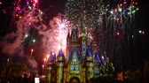 zamek : Orlando, Florida. May 28, 2019. Happily Ever After is Spectacular fireworks show at Cinderellas Castle on dark night background in Magic Kingdom (2) Wideo