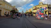 zamek : Orlando, Florida. May 23, 2019. Time lapse of people walking on Main Street towards Cinderella Castle at Magic Kingdom.