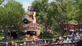 parceiros : Orlando, Florida. May 23, 2019. Boat going down in Splash Mountain attraction from Steam Boat Liberty Square at Magic Kingdom (2)