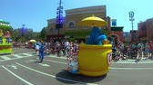 heyecan verici : Orlando, Florida. May 23, 2019. Sesame Street Party Parade at Seaworld in International Drive area Stok Video