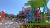 heyecan verici : Orlando, Florida. May 25, 2019. Sesame Street Party Parade at Seaworld in International Drive area Stok Video