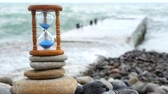 minuto : Hourglass on the background of the waves of the sea