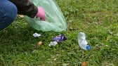 assistenza : Man collects garbage on the grass