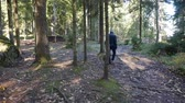 weglopen : Old man walks in the autumn forest